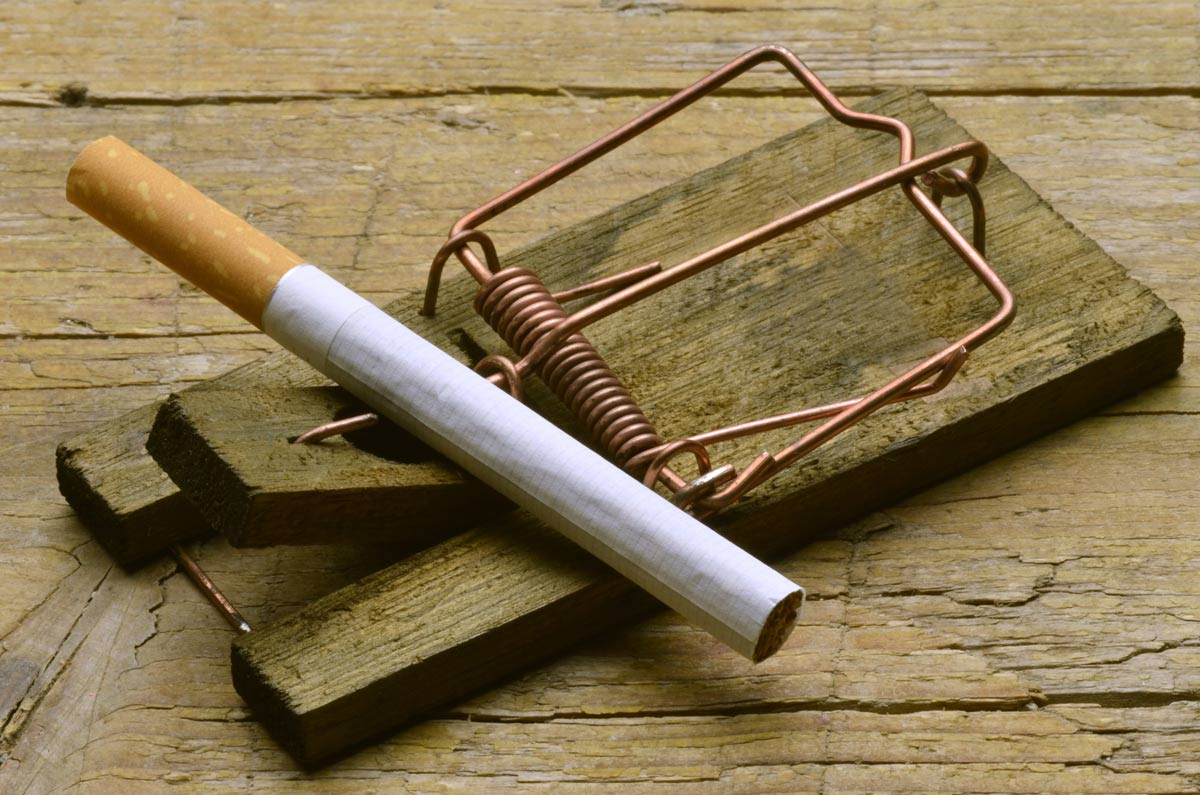 A mouse trap uses a cigarette as bait to illustrate the dangers of smoking.